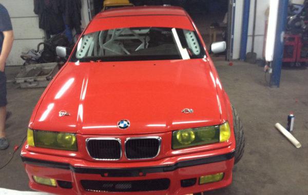 BMW E36 полная оклейка красной матовой пленкой, тонировка фар